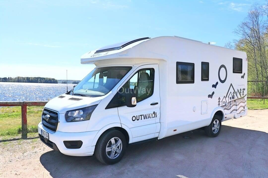 Outwayn matkailuauto Ford CI Elliot 85XT pysäköitynä järven rantaan2